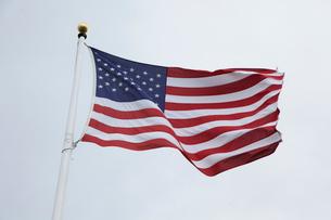 風にはためくアメリカ国旗の写真素材 [FYI01616102]