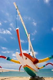 バリのサヌールの海辺のカラフルなジュクンの写真素材 [FYI01616107]