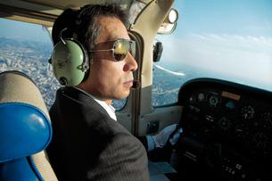 小型飛行機を操縦するパイロットの写真素材 [FYI01616131]