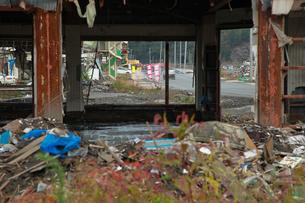 瓦礫の中、少しずつ復活する商店の写真素材 [FYI01616173]