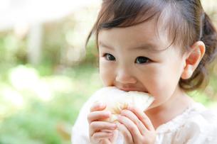 パンをかじる女の子の写真素材 [FYI01616178]