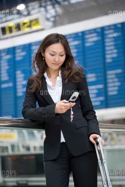 携帯をかける日本人の写真素材 [FYI01616184]