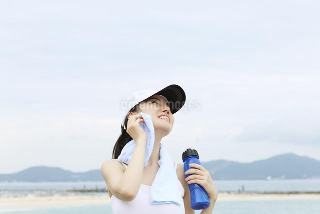 水差しを持ってタオルで顔洗う女性の写真素材 [FYI01616276]