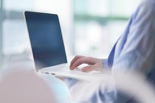 ノートパソコンを操作する女性の写真素材 [FYI01616398]