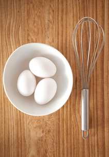 卵の入ったボウルと泡立て器の写真素材 [FYI01616433]