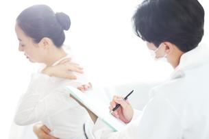 患者の状態をチェックしている医師の写真素材 [FYI01616440]