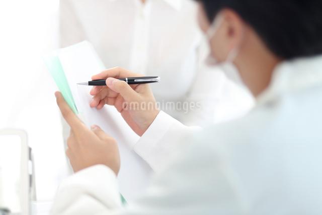 患者の状態をチェックしている医師の写真素材 [FYI01616443]