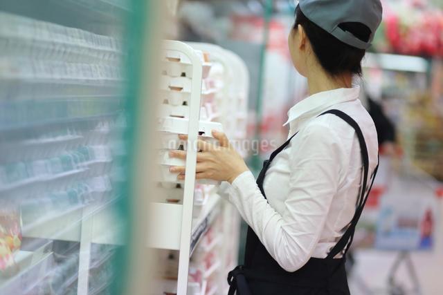 スーパーマーケットで働く女性の写真素材 [FYI01616456]