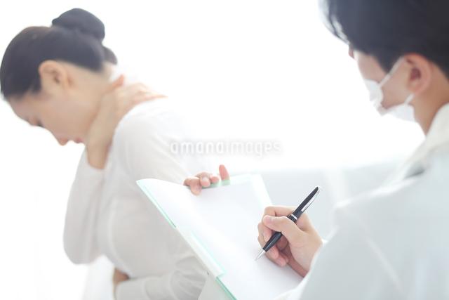 患者の状態をチェックしている医師の写真素材 [FYI01616465]