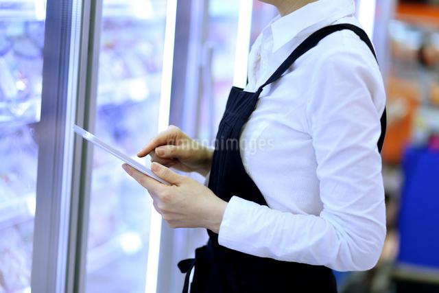 スーパーマーケットで働く女性の写真素材 [FYI01616504]