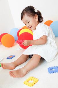 カラフルな知育玩具で遊ぶ女の子の写真素材 [FYI01616506]