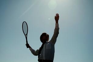 テニスをしているビジネスマンの写真素材 [FYI01616508]