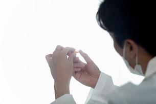 外科医が研究しているイメージの写真素材 [FYI01616510]