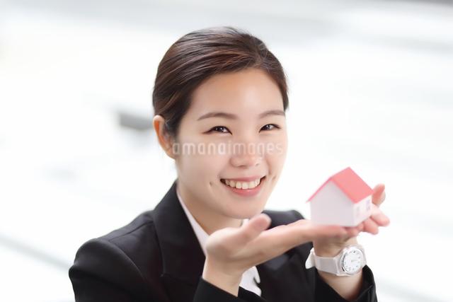 モデル住宅を持っている会社員の写真素材 [FYI01616518]