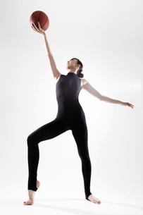 ボールを使って体操する女性の写真素材 [FYI01616519]