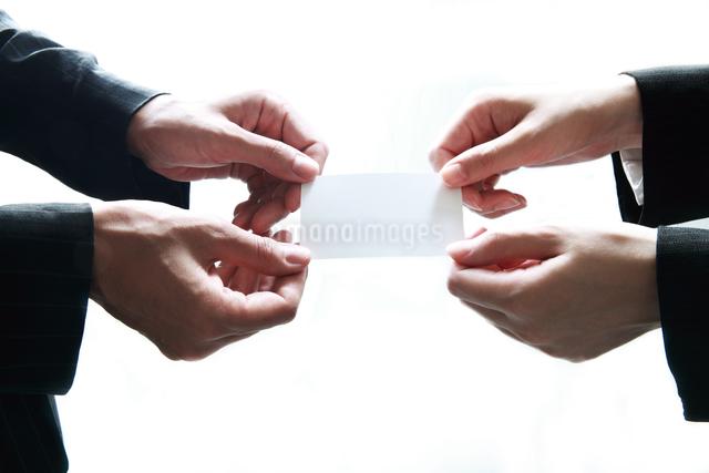 名刺を渡すビジネスウーマンの写真素材 [FYI01616537]