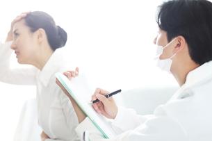 患者の状態をチェックしている医師の写真素材 [FYI01616539]
