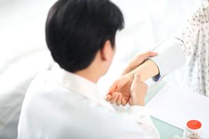 患者の状態をチェックしている外科医イメージの写真素材 [FYI01616571]