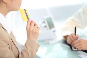 医療費用を支払っている女性の写真素材 [FYI01616573]