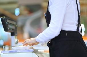 スーパーマーケットで働く女性の写真素材 [FYI01616605]