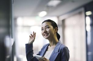 笑顔 中年ビジネスウーマンの写真素材 [FYI01616638]