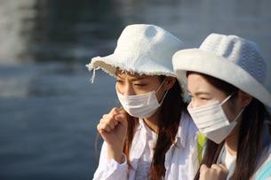 マスクをしている二人の女性の写真素材 [FYI01616660]