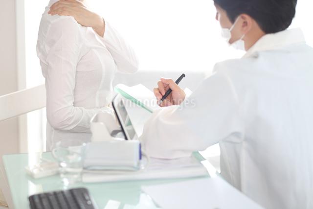 患者の状態をチェックしている医師の写真素材 [FYI01616667]