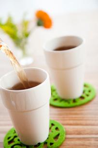 カフェタイムのペアカップに注ぐ紅茶の写真素材 [FYI01616676]