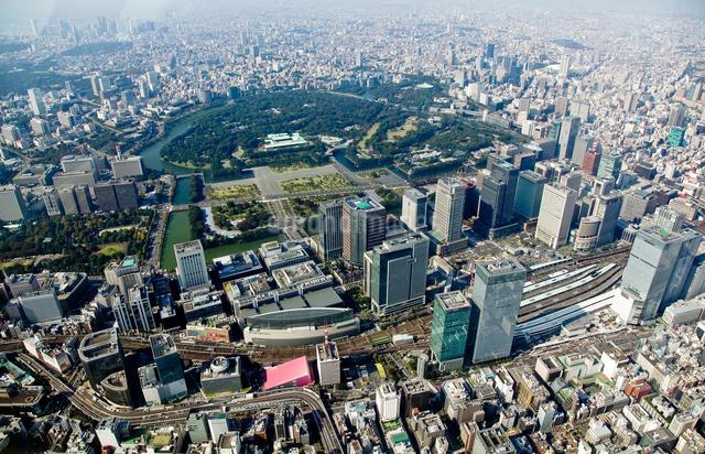 空から見た皇居と東京駅と有楽町駅周辺の写真素材 [FYI01616681]