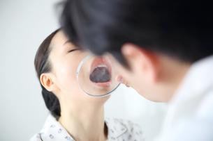 病院で診療を行っている医師の写真素材 [FYI01616716]