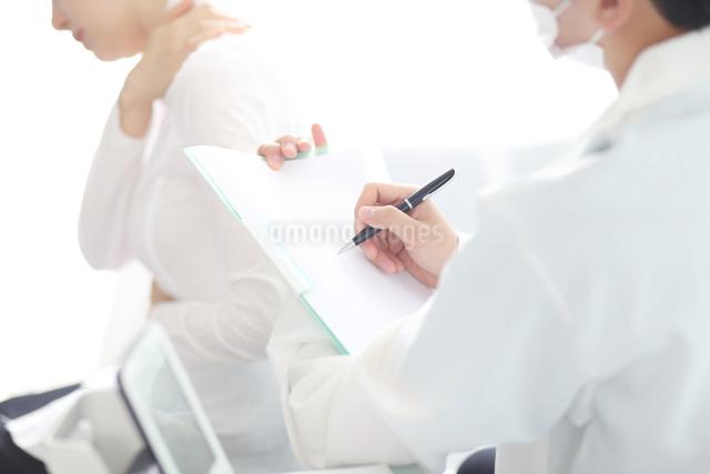 患者の状態をチェックしている医師の写真素材 [FYI01616720]