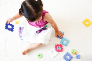 カラフルな知育玩具で遊ぶ女の子の写真素材 [FYI01616723]