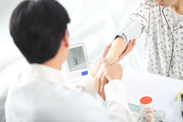 患者の状態をチェックしている外科医イメージの写真素材 [FYI01616741]