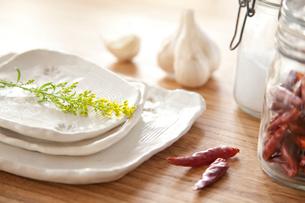 手びねりの和食器とにんにく、唐辛子の写真素材 [FYI01616745]