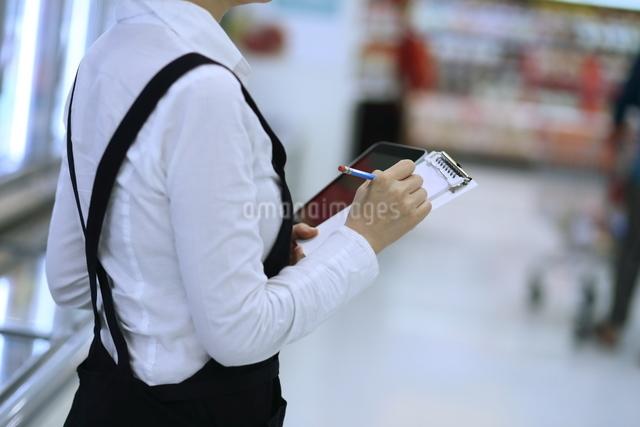 スーパーマーケットで働く女性の写真素材 [FYI01616845]