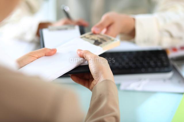 医療費用を支払っている女性の写真素材 [FYI01616846]