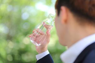 水筒を持っているビジネスマンの写真素材 [FYI01616893]