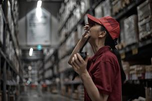 倉庫の中で働いている物流センターのスタッフの写真素材 [FYI01616908]