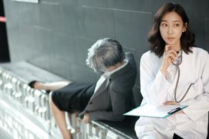 チャートを持っている女医と患者の写真素材 [FYI01616968]