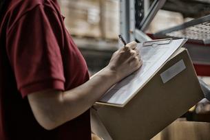 商品チェックをしている女性の写真素材 [FYI01616972]