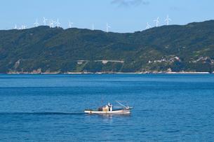 佐田岬半島と風車の写真素材 [FYI01616982]