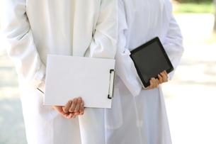 タブレットPCとチャートを持っている医師の写真素材 [FYI01616990]