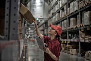 商品をチェックしている物流センター職員の写真素材 [FYI01617033]