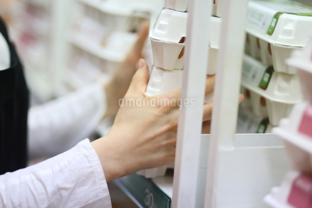 スーパーマーケットで働く女性の写真素材 [FYI01617098]