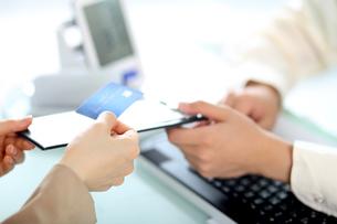 医療費用を支払っている女性の写真素材 [FYI01617102]