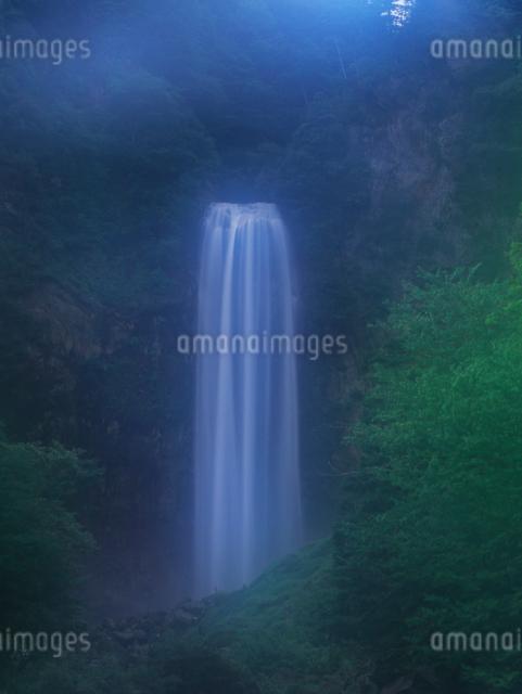 霧に包まれた滝の写真素材 [FYI01617106]