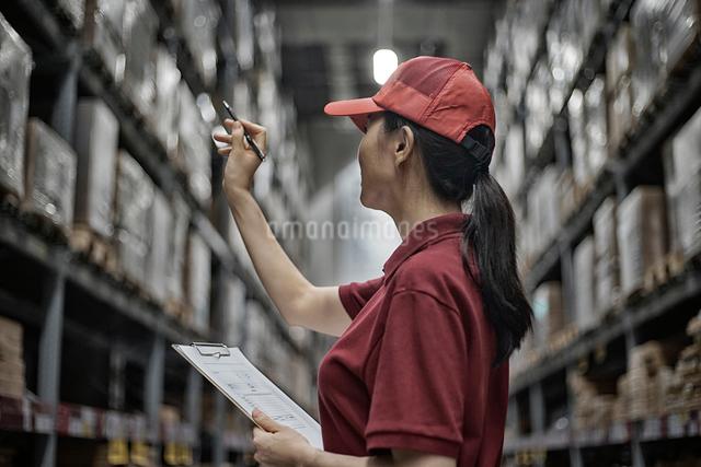 商品チェックしている女性のイメージの写真素材 [FYI01617147]
