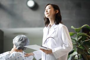 チャートを持っている女性医師と患者の写真素材 [FYI01617180]