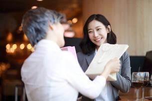プレゼント交換をしている女性の写真素材 [FYI01617200]