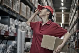 商品を持って配達準備をしている女性の写真素材 [FYI01617203]